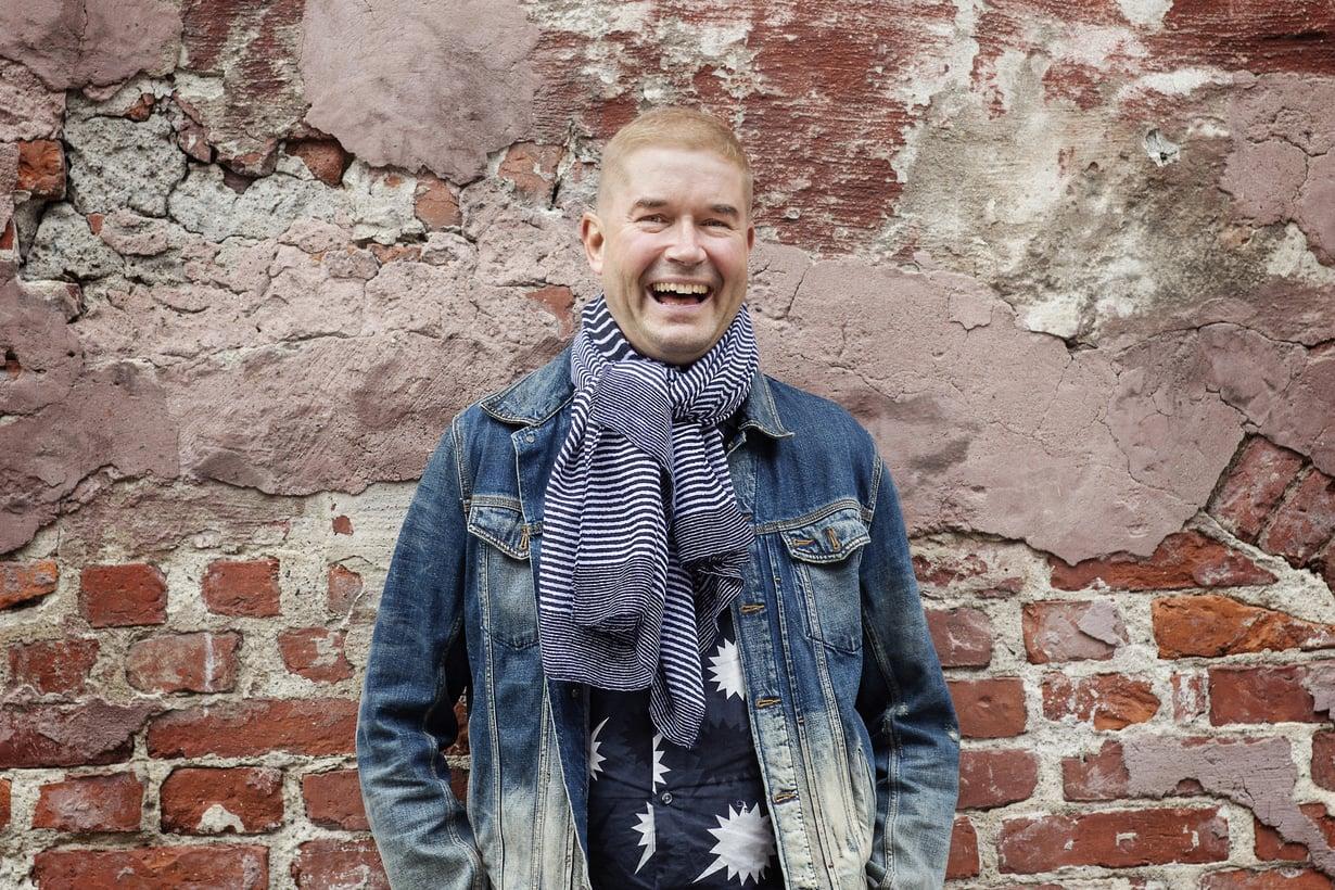 """MarcoBjurström (s. 1966) asuu Helsingissä.  Marcon puoliso on tanssijajakoreografi Peter Pihlström.  Marcon motto: """"Rentous on avain huippusuoritukseen."""""""