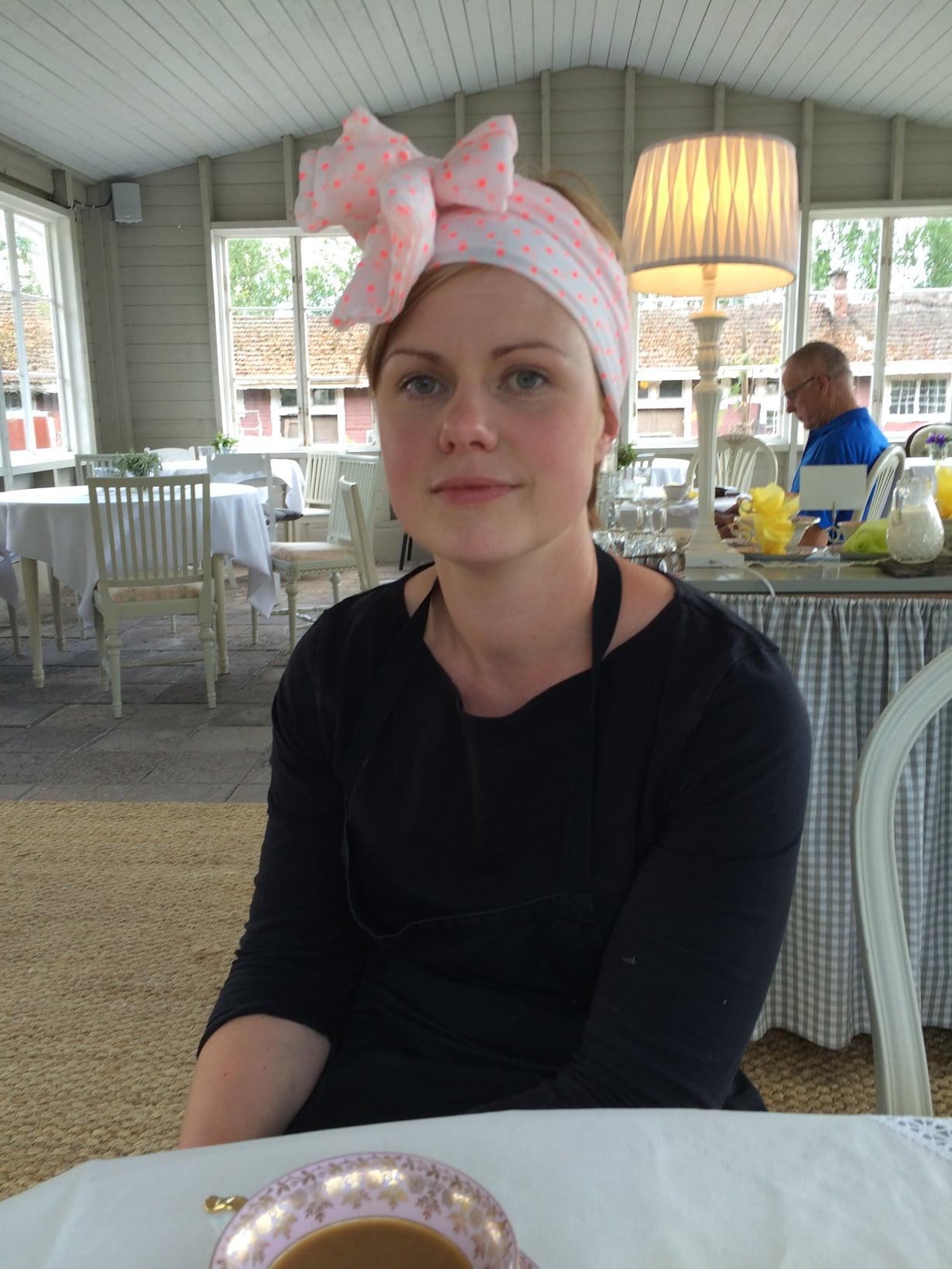Veronika Eriksson pitää lomansa ajan ihastuttavaa kesäkahvilaa Perniön asemalla.