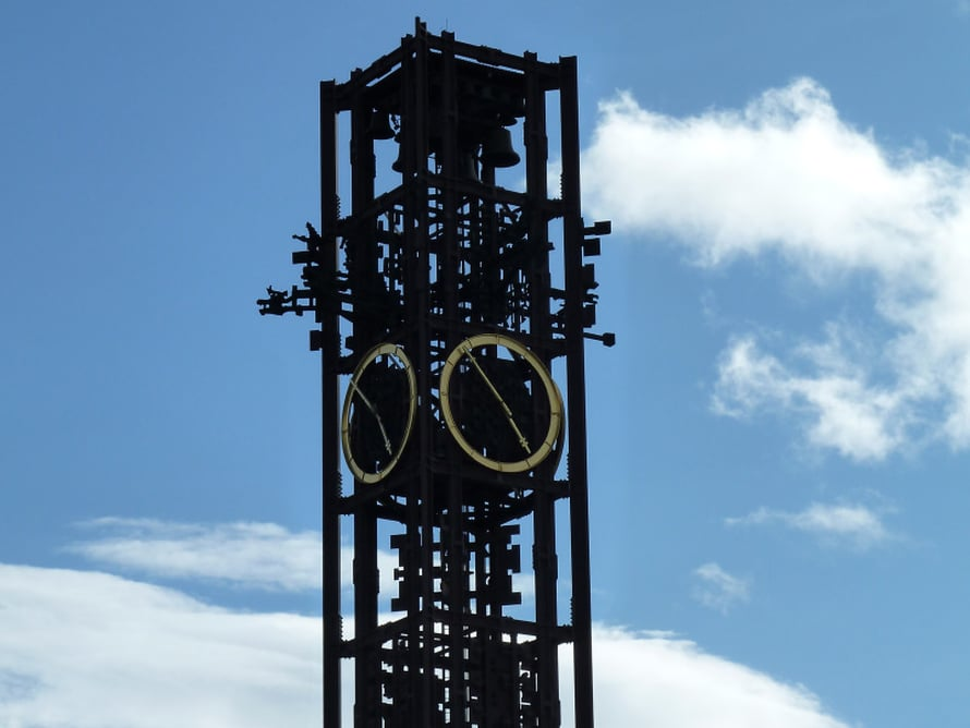 Kaupungintalon kellon alta löytyy suosittu kohtauspaikka.