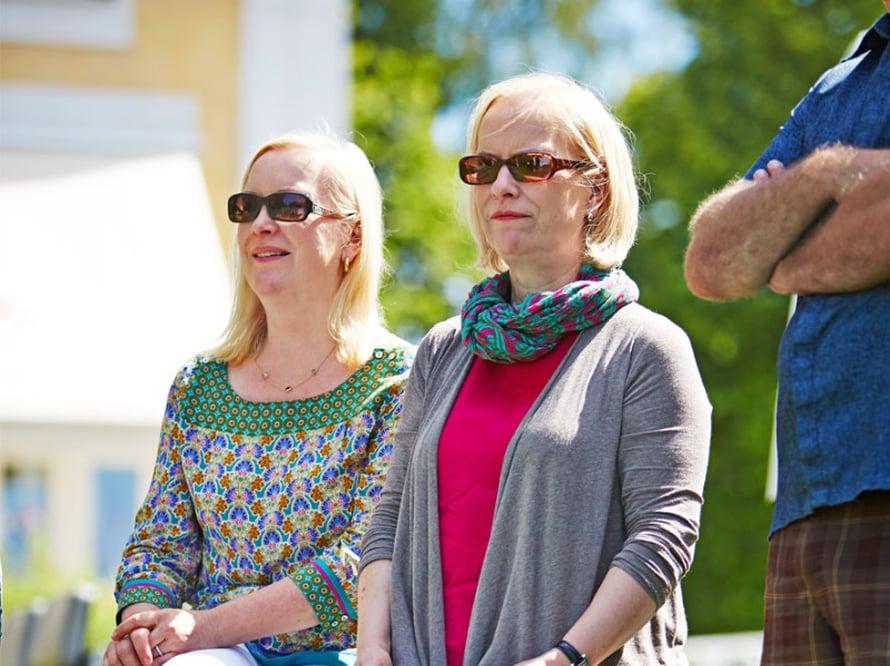 Ohjaajat Tiina ja Sinikka Noponen elokuvan kuvauksissa.