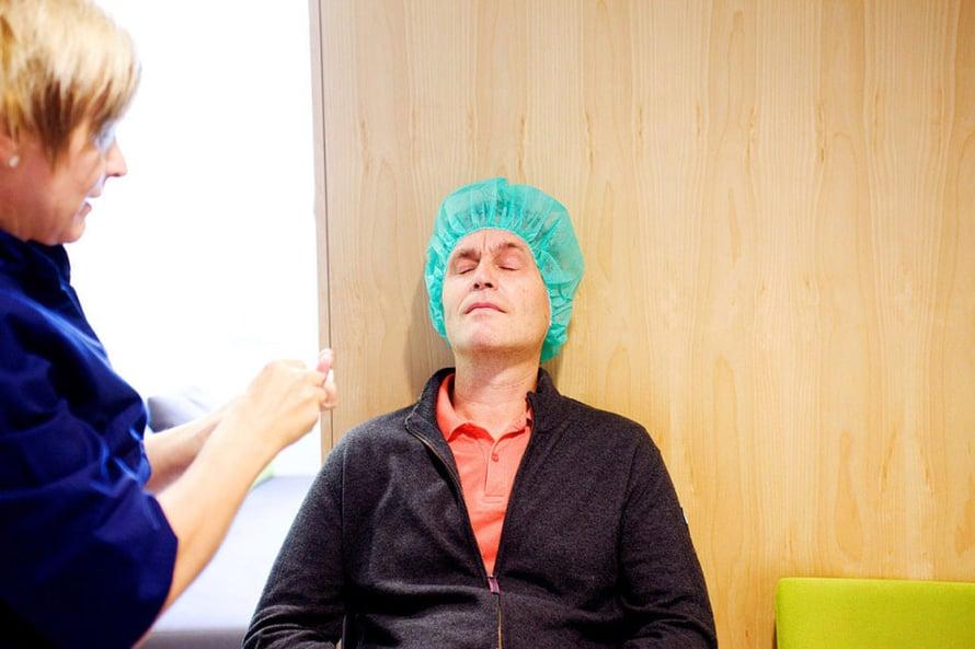 Ennen leikkausta Risto saa tipat silmiinsä.