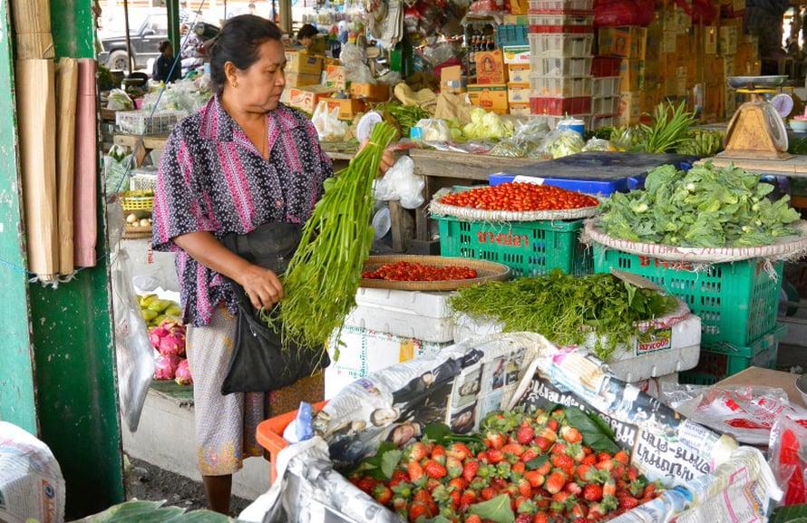 Thaimaalainen vihannestori on täynnä tuoreita raaka-aineita.
