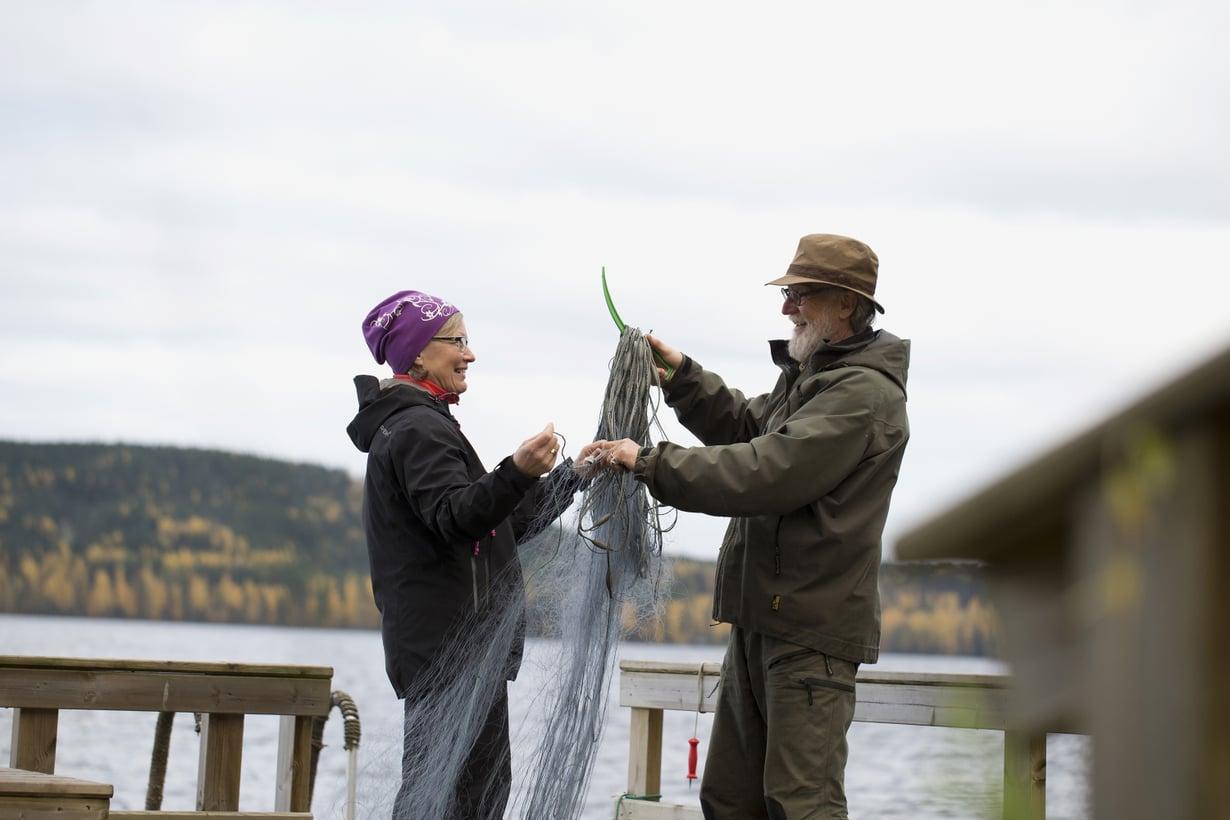 Kalastus ja päivittäinen saunominen ja uiminen yhdistävät Erkkiä ja Sirkka Liisaa.