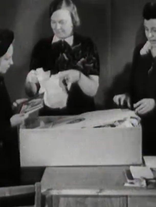"""Tässä tutkitaan äitiyspakkausta vuonna 1948. Kuva: <span class=""""photographer"""">Ylen Elävä arkisto. </span>"""