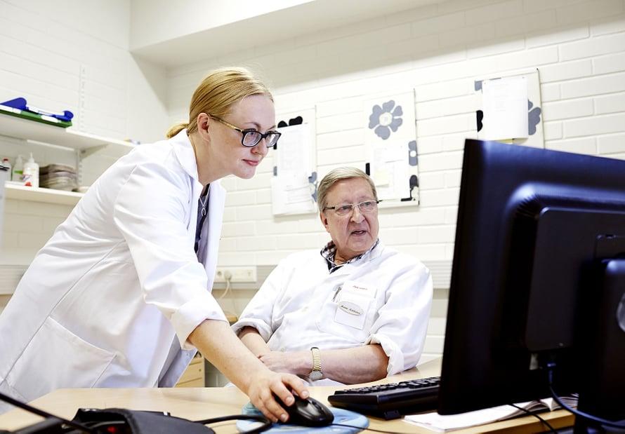 Johtava ylilääkäri Arja Lassila kehittää Kaksineuvoista, emeritus ylilääkäri Hannu Kotilainen paikkaa lääkäripulaa.