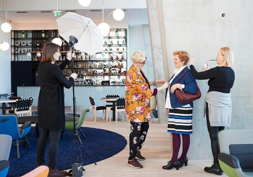 Tiimityötä. Valokuvaaja Piia Arnould (vas.), muotitoimittaja Liisa Kokko ja meikkaaja Leena Waggoner viimeistelypuuhissa.