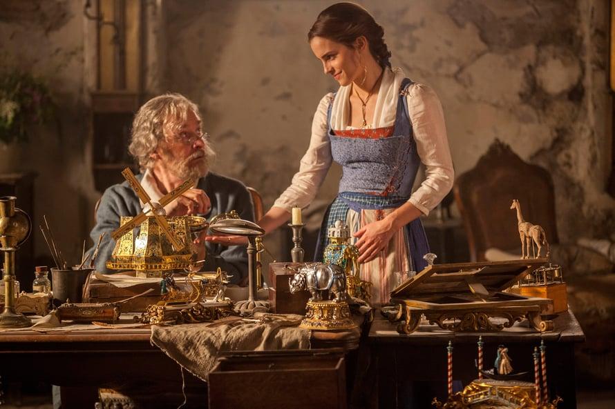 Maurice-isä (Kevin Kline) ja Belle (Emma Watson) asuvat kahdestaan.