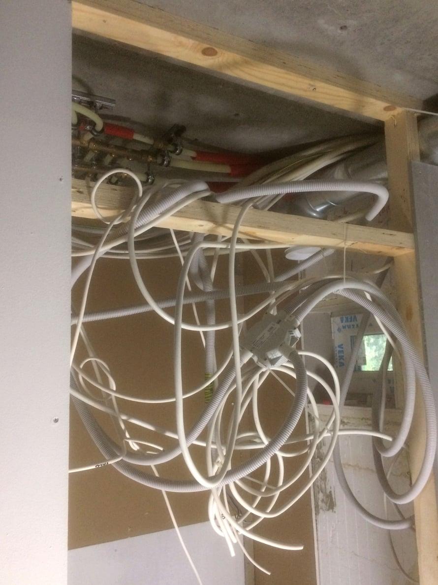Tässä sähköasentajamme käsitys hyvästä rakennustavasta.