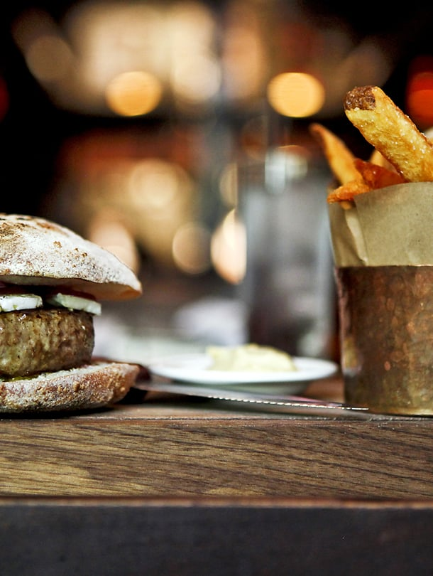 Newyorkilaisen Breslinin gourmet-hampurilainen valmistetaan lampaanlihasta.