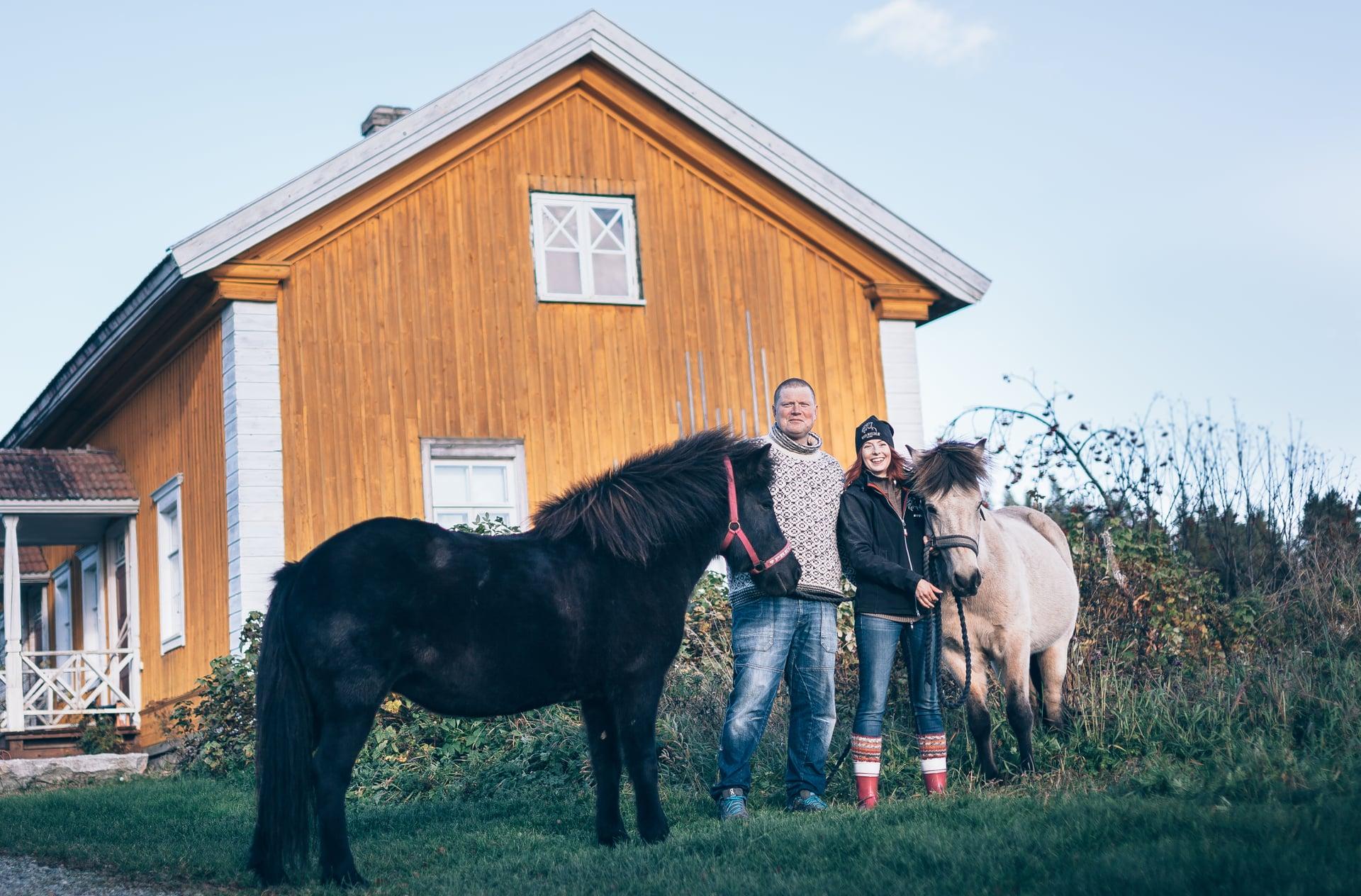Entisen kunnalliskodin työnjohtajan talo on nykyään Vesa ja Mirva Varpan koti. Islanninhevoset Sómadis ja Alda viihtyvät paremmin pellolla.