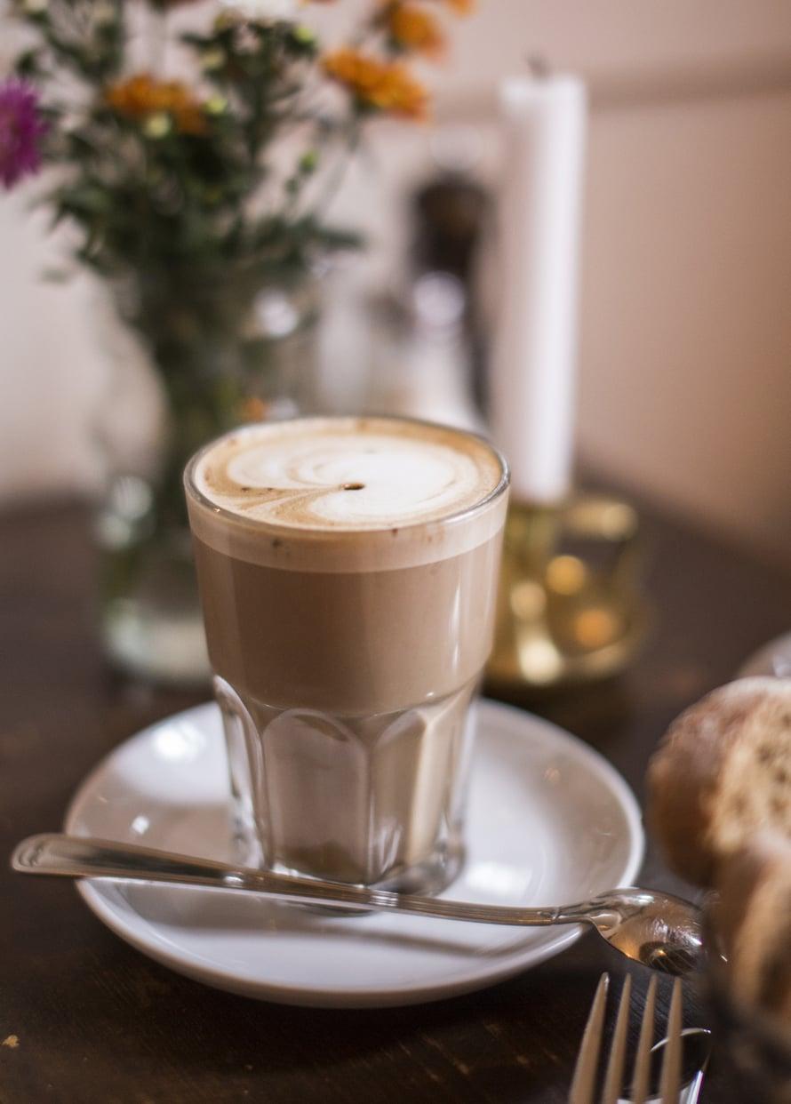 Kahvila on tuttujen ja tuntemattomien tärkeä kohtauspaikka Berliinissä. Latte maistuu Prenzlauer Bergin kaupunginosassa.