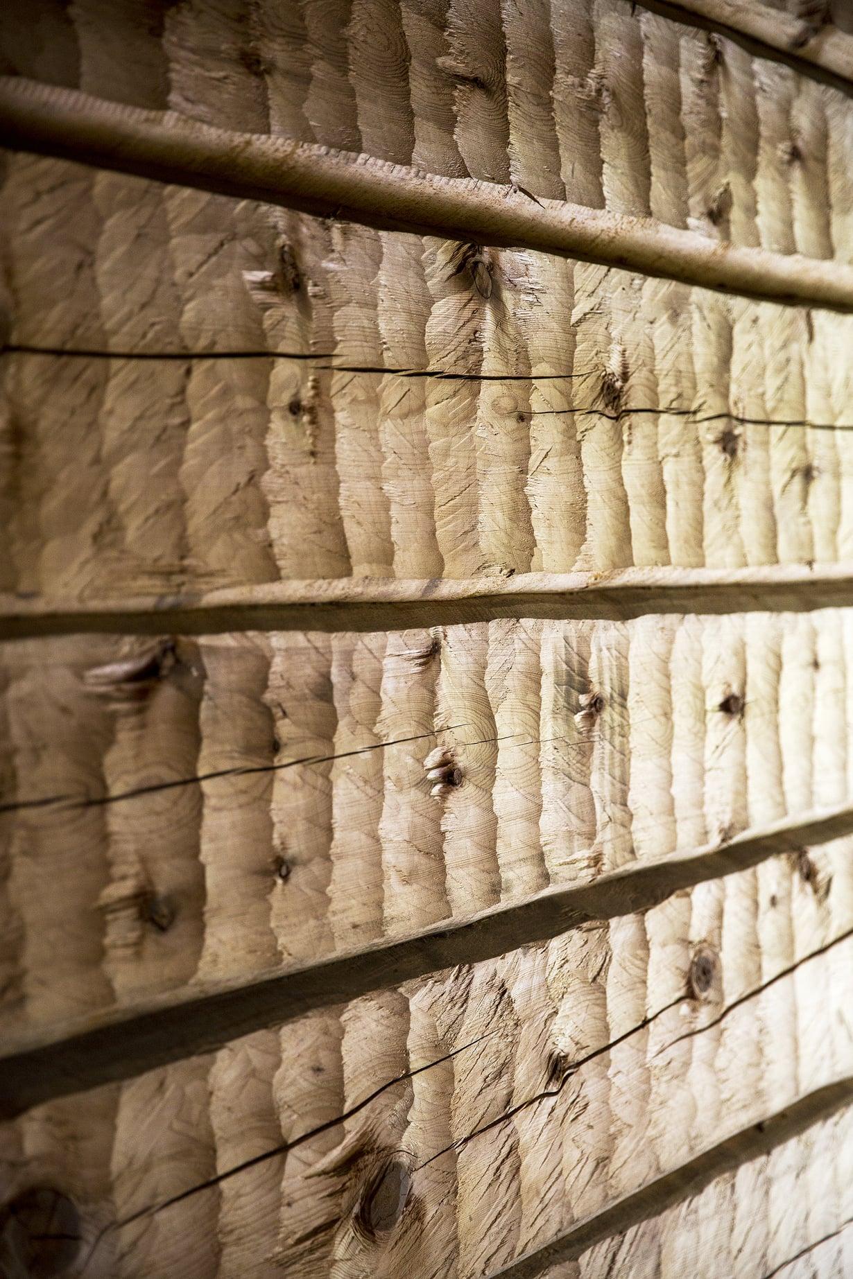 Sauna on rakennettu kuusamolaisista ikihongista.