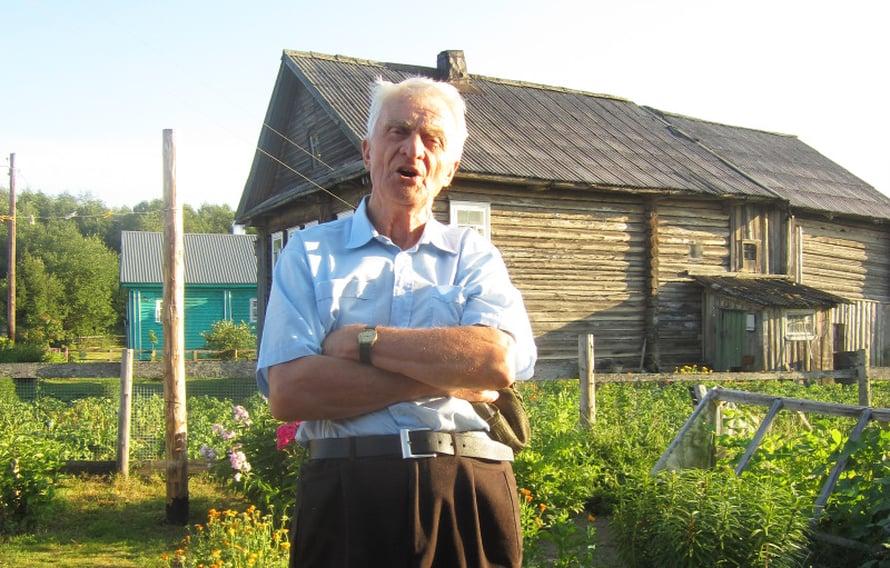 Santeri Moltsin yhtyy lauluun Kuujärven kylässä.