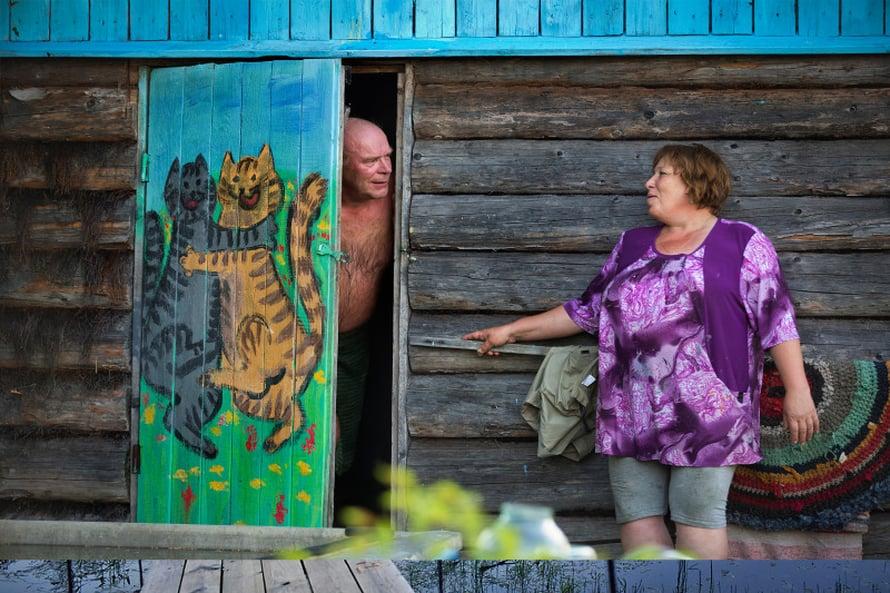 Tamara Nemolotova on maalannut sadunomaisilla hahmoilla niin talonsa, saunansa kuin kanalansa. Vanha romu-Ladakin on koristemaalattu ja piha on täynnä hassua kierrätystaidetta: muovisista vesikanisteriesta tehtyjä possuja, eläinhahmoiksi maalattuja tynnyreitä.