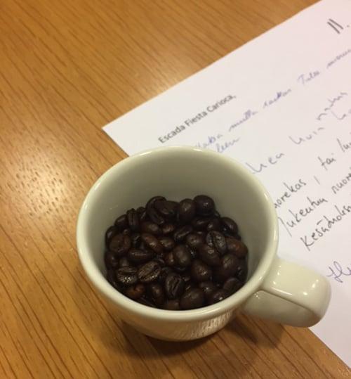 Vinkki! Kun vertailet tuoksuja, nuuhki välillä kahvipapuja. Siten seuraavan hajuveden tuoksu ei sekoitu nenässäsi edellisen kanssa.
