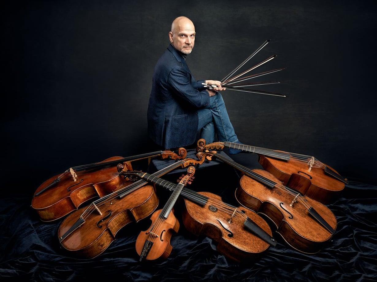 Markku Luolajan-Mikkola soittaa selloa ja viola da gambaa.