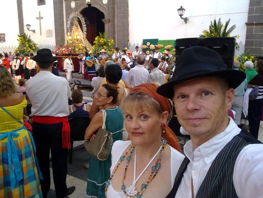 Sirkku ja Mika suklaatehtaan lähellä olevalla aukiolla juhlimassa.