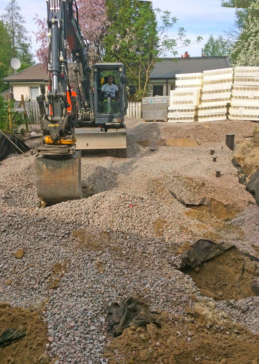 Paikalla tehtäviä valupaaluja varten kaivettiin viisi isoa kuoppaa sorapetiin.