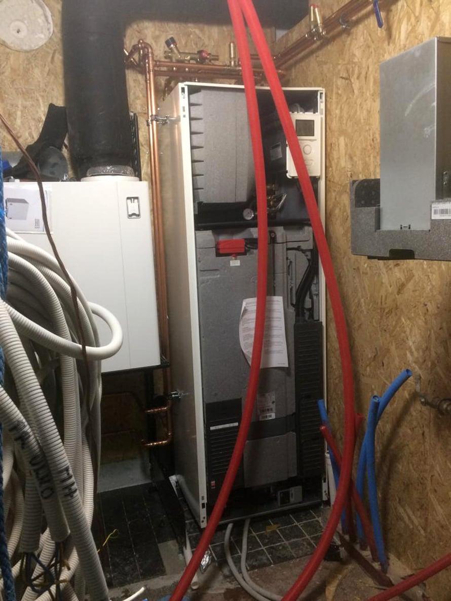 Ilma-vesilämpöpumppu on putki- ja sähköliitöntöjä vaille käyttövalmis.