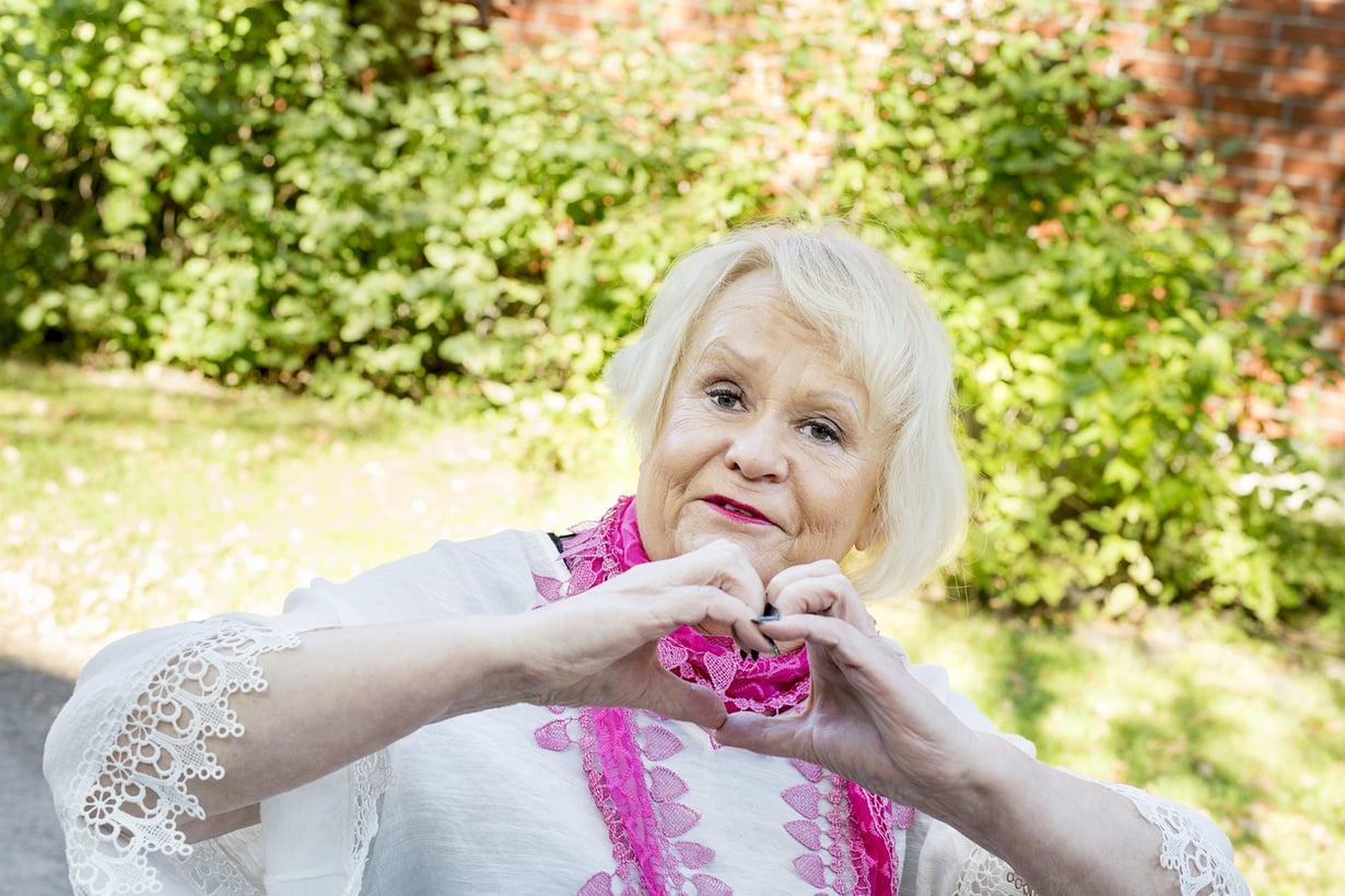 Sirpa Vaaranmaa syntyi Valkeakoskella vuonna 1951. Hän asuu Helsingissä. Sirpa on ammatiltaan fysioterapeutti, mutta hän on ollut työkyvyttömyyseläkkeellä 32 vuotta. Sirpa harrastaa musiikkia, urheilua, nettiä, keskusteluita ja ihmisten kohtaamista.
