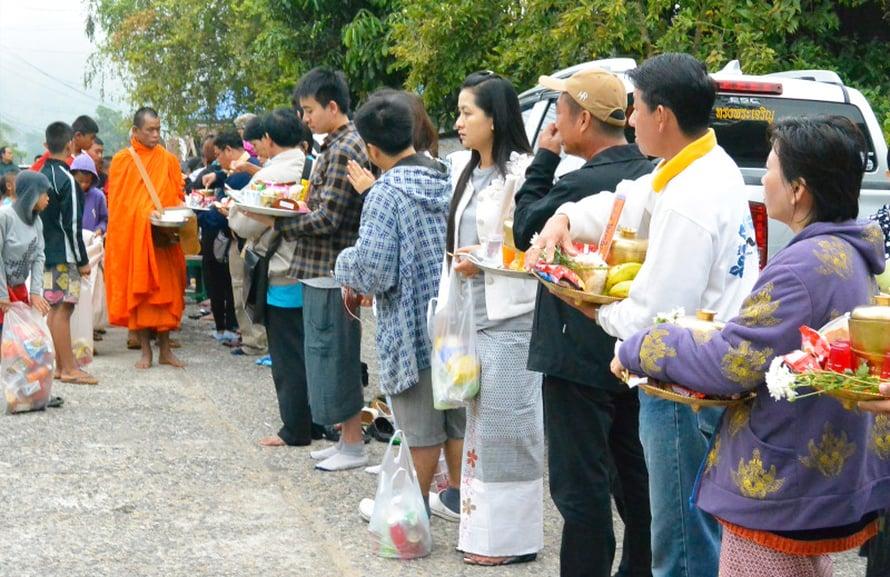 Buddhalaismunkeille annateaan syötävää joka aamu Sangkhlaburin kyläsäsä.