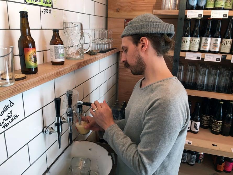 Johan Palo käyttelee Folkölsbutikenin pelkistetyn tyylikästä oluthanaa.