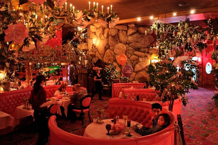 Romantiikka ja kitsch kukoistavat Madonna Inn -hotellissa.