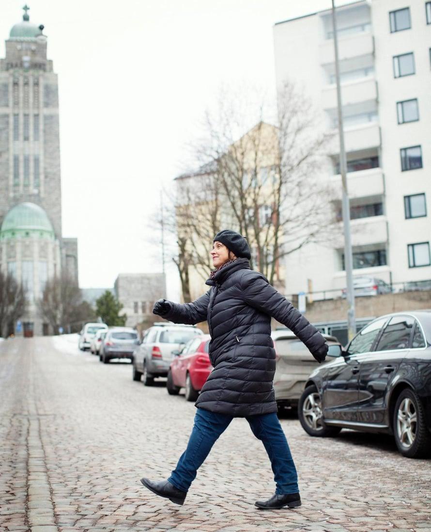 – Kävely tasaa ajatuksia ja tunteita ja panee veren kiertämään, Virpi Hämeen-Anttila sanoo.
