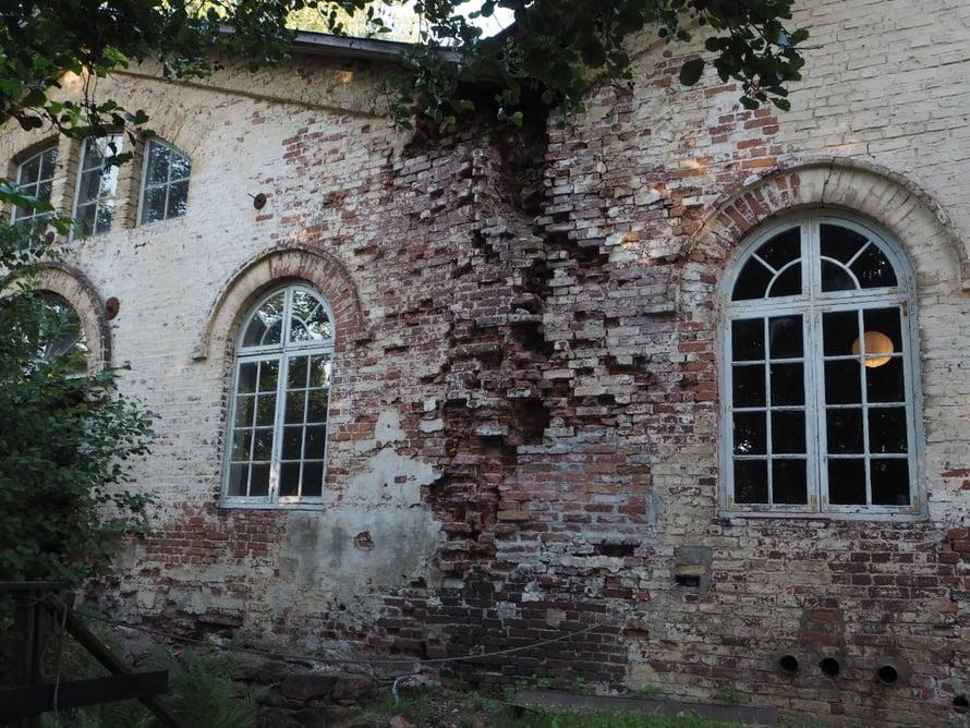 Mathildedalin ruukin historiasta kertova näyttely on alueen vanhimmassa rakennuksessa, putlaamossa. Putlattaessa sulaa rautaa hämmennettiin ja sen yli puhallettiin ilmaa, jolloin saatiin keittoterästä.