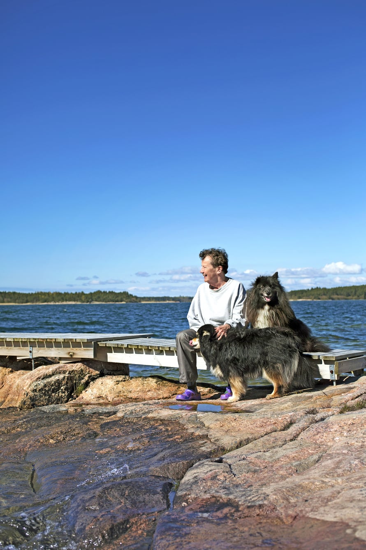 Taru Arho voi erityisen hyvin Houtskarissa. Seurana suomenlapinkoirat Siiri ja Lyyti.