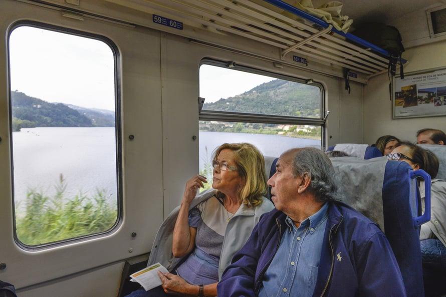 Eläkkeellä oleva opettajapari Maria Armanda Sousa Pinto ja Aviomies José matkustavat viiniriehaan junalla.
