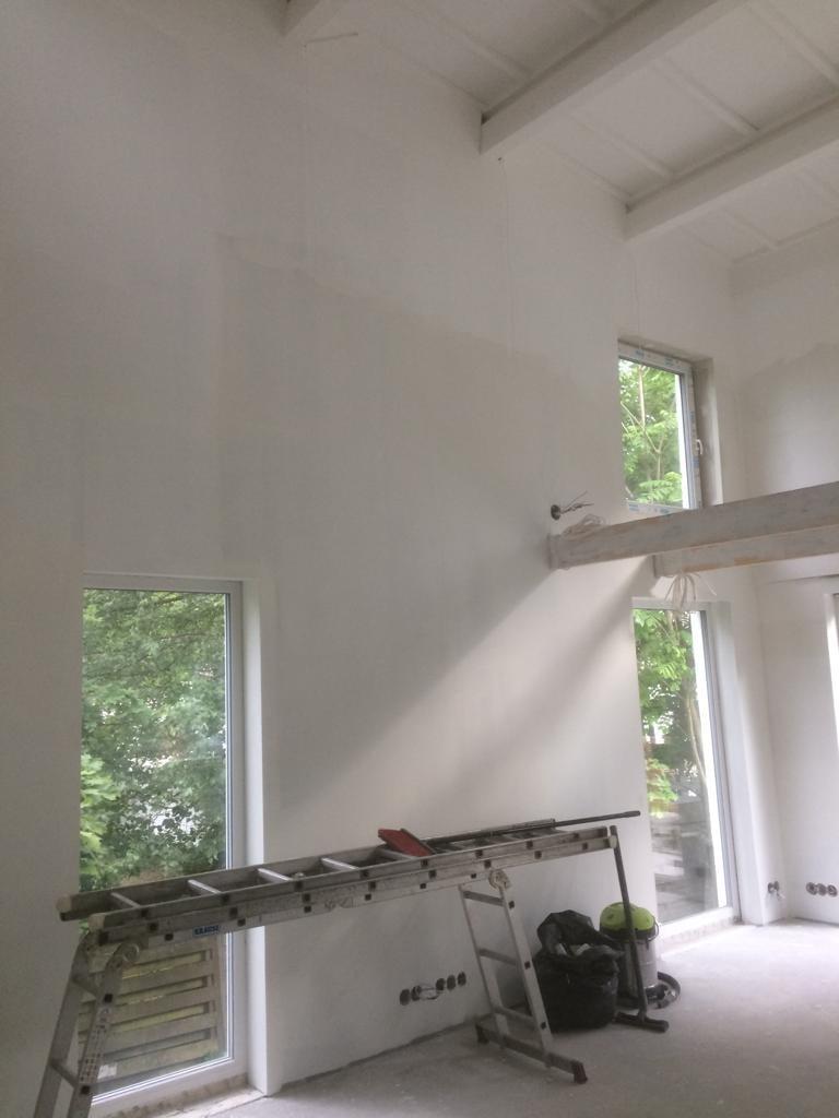 Valkea seinä antaa hyvän taustan myöhemmin ripustettaville tauluille.