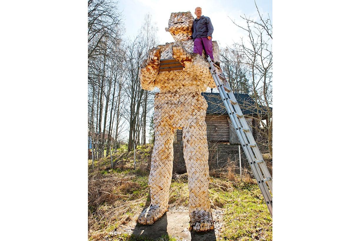 Peikko on metsäkansan monumentti. Erkki Pekkarisen suurin työ on viisi metriä korkea ja valmistui vuonna 2006.
