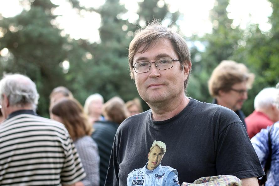 """""""Nämä haudathan ovat tavallaan kulttuurimuistomerkkejä"""", pohtii Klaus Krokfors."""