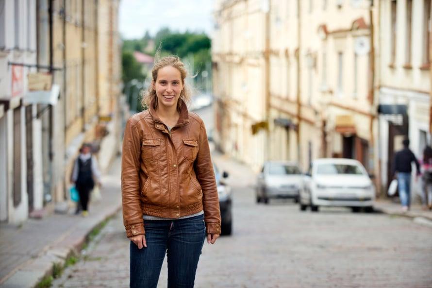 """Venäjällä on tosi helppo toimia, jos on pienikin kontakti. Olin Pietarissa opastetulla """"salatut sisäpihat"""" -kävelykierroksella, joita saa varata sputnik8.com-sivustolta. Kysyin oppaaltani Margaritalta, tietäisikö hän Viipurissa kierroksia järjestävää. Pian sain Aleksandra Petrovalta viestin.Tässä Aleksandra Krepostnaja ulitsalla (entinen Linnakatu), josta Aleksandran isä osti asunnon vuonna 2005. Silloin 41-neliöinen asunto maksoi 40 000 euroa. Nyt sen arvo remontoituna on 65 000 euroa."""