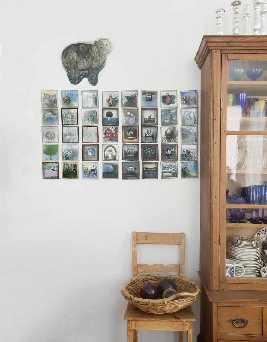 Heljä Liukko-Sundströmin keraamisten taulujen kokoelma löysi paikkansa olohuoneesta vitriinin vierestä.
