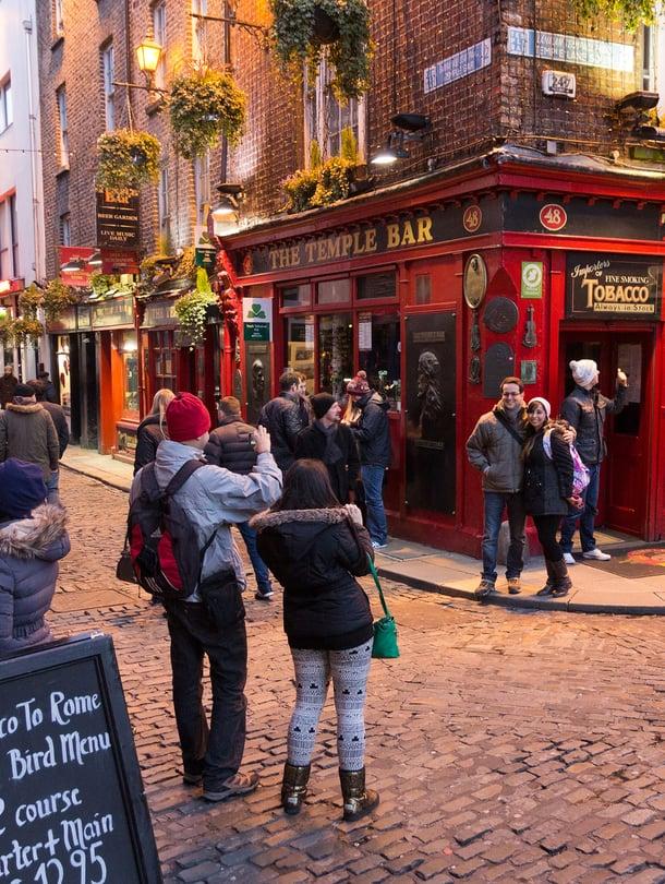 Temple Bar -pubin edessä moni ikuistaa itsensä valokuvaan.