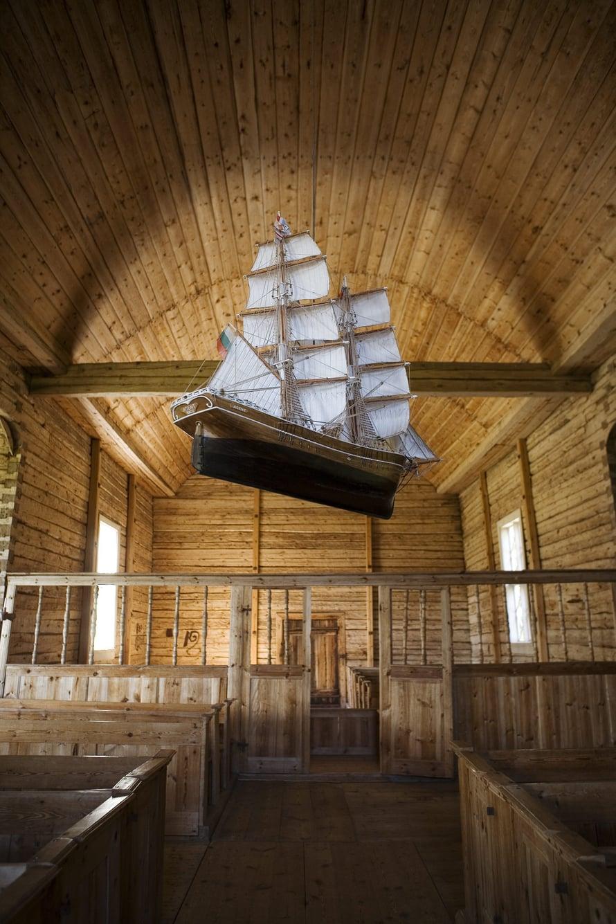 Seilinpuukirkon katossa roikkuu saaristossa tyypillinen pienoislaiva.