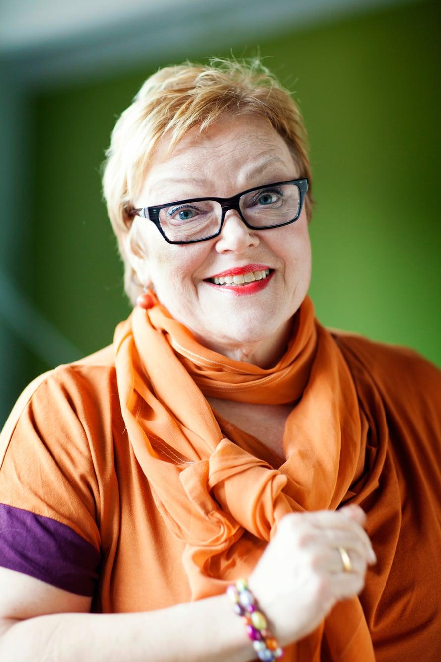 Ritva Enäkoski, 67, on viestintävalmentaja. Ritva on naimisissa ja hänellä on kaksi lasta ja kaksi lapsenlasta.