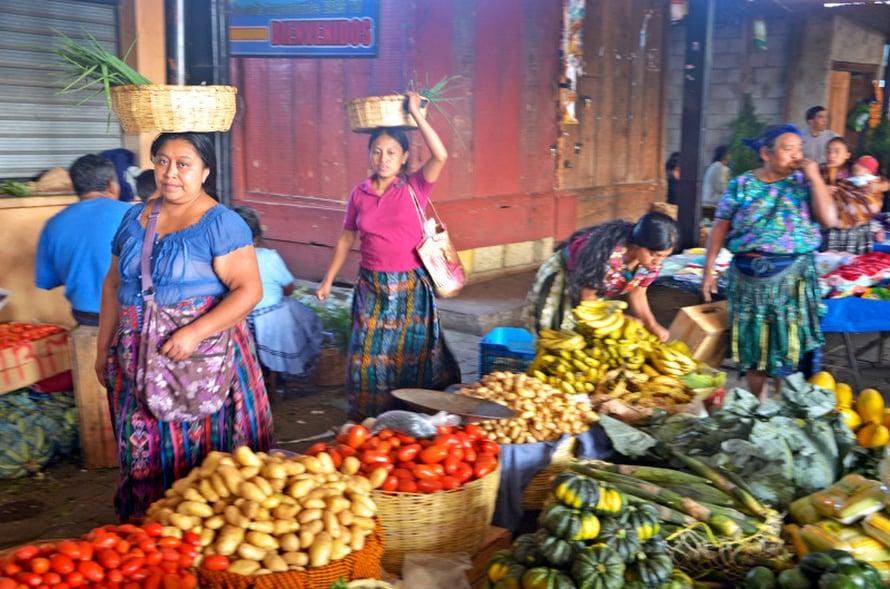 Iloista kaupantekoa Antiguan torilla.