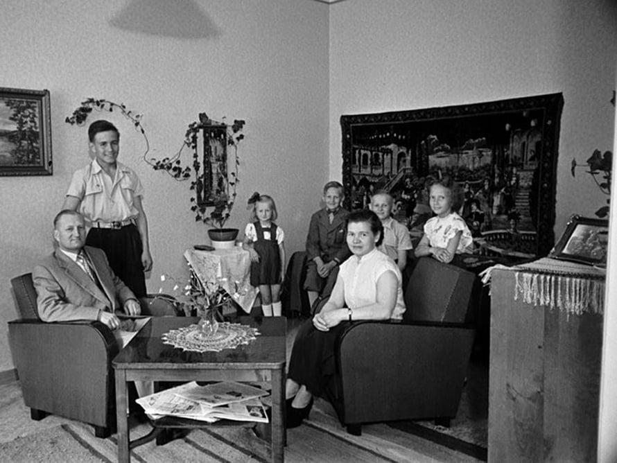 """Perhekuva, vanhemmat ja viisi lasta, 1950-luku. Kuva: <span class=""""photographer"""">Väinö Kannisto / Helsingin kaupunginmuseo</span>"""