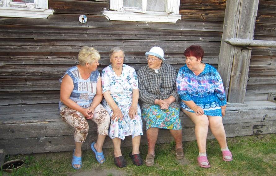 Sisarukset Vera ja Nadesda kastelevat pientä sipulipeltoa ja ryhdymme heidän kanssaan juttusille. Kun he kuulevat meidän olevan Suomesta, he alkavat huutaa naapurin rouvaa paikalle. Hän osaa kuulemma suomea, koska kävi suomalaista kansakoulua.Lilja Semjonovna, 85, köpöttelee naapurin pihalle ja istuu penkille Anastasia Tsevtkovan, 86, viereen. Lilja kertoo asuvansa Petroskoissa mutta viettää kesää lapsuudenkodissaan sukulaisten kanssa. Vera ja Nadesda yllyttävät Liljaa puhumaan suomea. Hyväntuulinen mummo sanoo nauraen venäjäksi, että ei hän enää muista mitään. Mutta laulaa Kulkurin valssin!