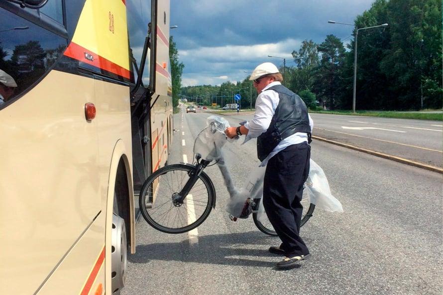 Aamulla pakkasimme pyörämme kuplamuoviin ja menimme bussilla Vaasaan asuntoauton luo.