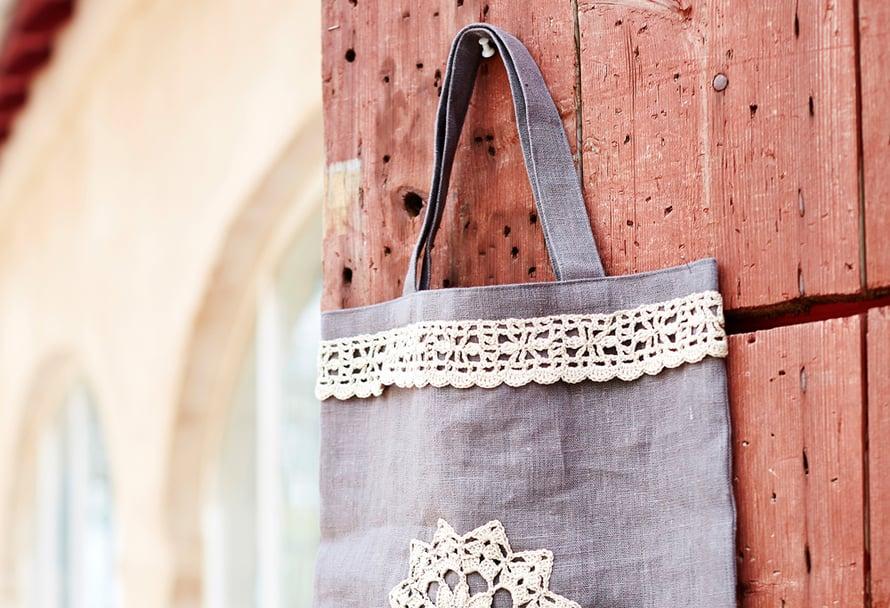 Kauppakassi kaunistuu itse virkatulla pitsillä tai vaikkapa vanhalla pöytäliinalla.