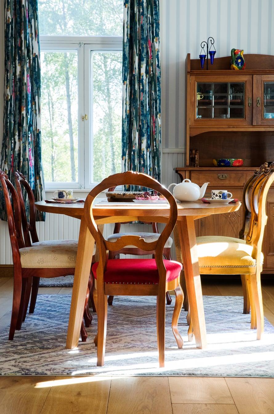 Leinikit halusivat uuteen kotiinsa vain vähän huonekaluja.