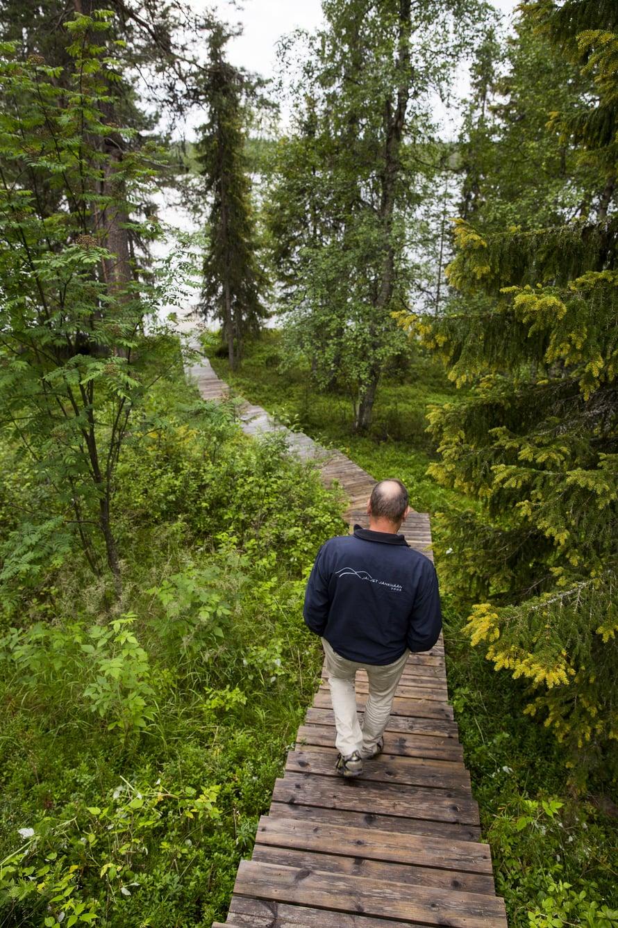 Saunalta johtavat portaat Ihtinkijärven rantaan.