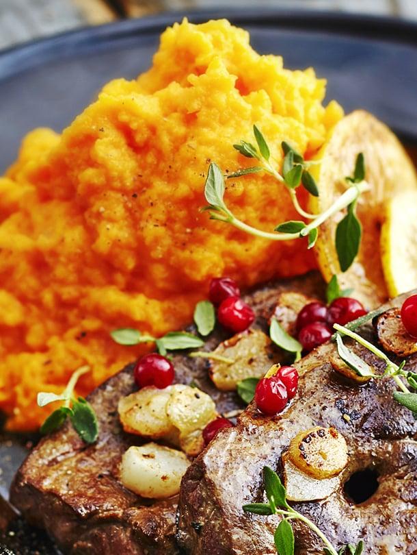 Lautanen täynnä A-vitamiinia. Maksa, porkkana ja bataatti ovat mainio valinta.
