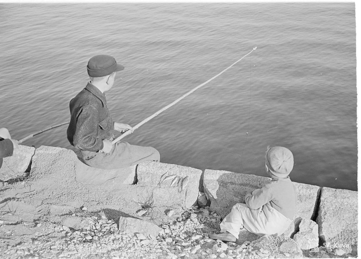 Pojat ongella Helsingin Kaivopuistossa 1941.