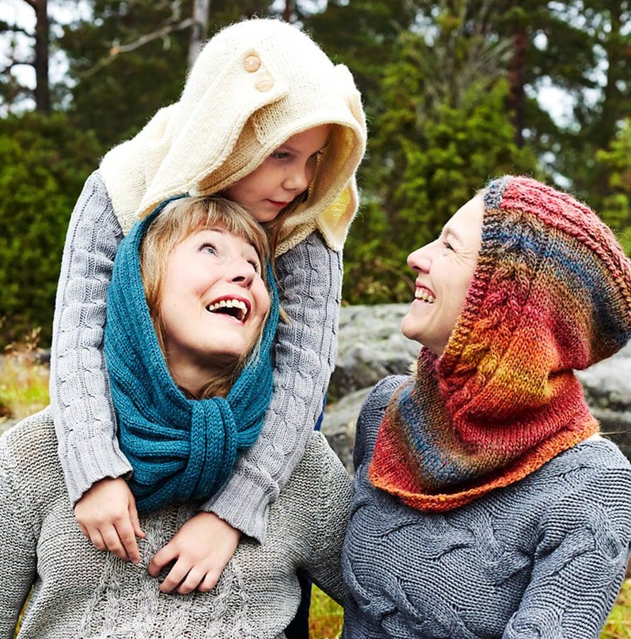Palmikkoneulehuppu on kuvassa oikealla Mirjan yllä. Seija-isoäidin ja Rafaela-tytön neulehuppuihin löydät ohjeet jutun lopussa olevasta linkistä.