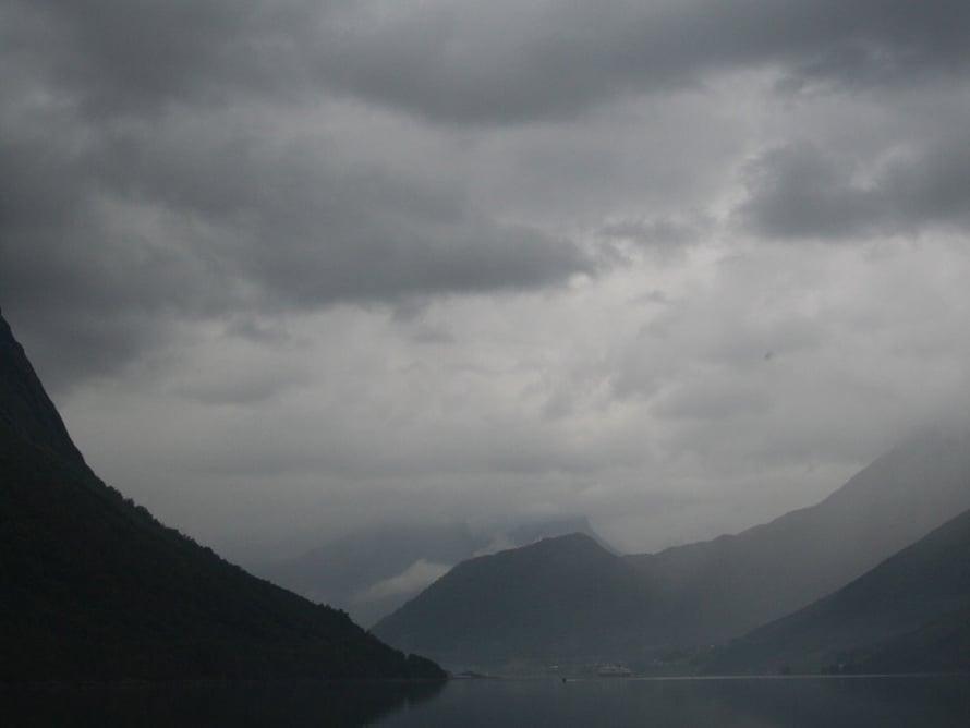 Ilma ei varsinaisesti suosi. Mutta norjalaisessa sumussa ja tihkussa on oma tunnelmansa. Ja toki aurinko näyttäytyy hetkitääin. Laivan ohjelmapäällikkö toteaakin, että norjalainen sää on kuin 14-vuotiaan tytön mieliala, joka vaihtelee hetkessä myrskystä paisteeseen.